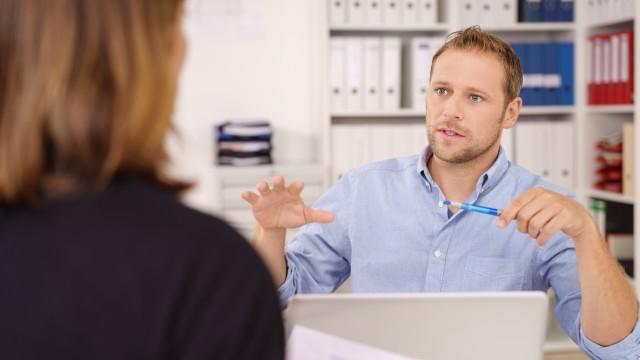 Ein junger Mann im Büro im Beratungsgespräch mit einer Kundin, © contrastwerkstatt /Fotolia